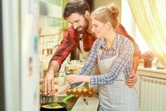 Νέο μαγείρεμα γυναικών και ανδρών Στοκ Φωτογραφίες