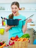 Νέο μαγείρεμα γυναικών με τη διασκέδαση Στοκ εικόνα με δικαίωμα ελεύθερης χρήσης