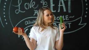 Νέο μαγείρεμα γυναικών Υγιή τρόφιμα - φυτική σαλάτα σιτηρέσιο περίπου να κάνει δίαιτα έννοιας τόξων ανασκόπησης τους κενούς αριθμ απόθεμα βίντεο