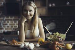 Νέο μαγείρεμα γυναικών Υγιή τρόφιμα - φυτική σαλάτα σιτηρέσιο περίπου να κάνει δίαιτα έννοιας τόξων ανασκόπησης τους κενούς αριθμ στοκ εικόνες