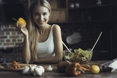 Νέο μαγείρεμα γυναικών Υγιή τρόφιμα - φυτική σαλάτα σιτηρέσιο περίπου να κάνει δίαιτα έννοιας τόξων ανασκόπησης τους κενούς αριθμ στοκ φωτογραφία με δικαίωμα ελεύθερης χρήσης