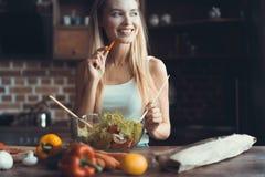 Νέο μαγείρεμα γυναικών Υγιή τρόφιμα - φυτική σαλάτα σιτηρέσιο περίπου να κάνει δίαιτα έννοιας τόξων ανασκόπησης τους κενούς αριθμ στοκ εικόνες με δικαίωμα ελεύθερης χρήσης