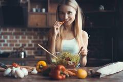 Νέο μαγείρεμα γυναικών Υγιή τρόφιμα - φυτική σαλάτα σιτηρέσιο περίπου να κάνει δίαιτα έννοιας τόξων ανασκόπησης τους κενούς αριθμ στοκ εικόνα