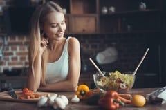 Νέο μαγείρεμα γυναικών Υγιή τρόφιμα - φυτική σαλάτα σιτηρέσιο περίπου να κάνει δίαιτα έννοιας τόξων ανασκόπησης τους κενούς αριθμ στοκ εικόνα με δικαίωμα ελεύθερης χρήσης