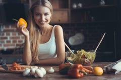 Νέο μαγείρεμα γυναικών Υγιή τρόφιμα - φυτική σαλάτα σιτηρέσιο περίπου να κάνει δίαιτα έννοιας τόξων ανασκόπησης τους κενούς αριθμ στοκ φωτογραφίες με δικαίωμα ελεύθερης χρήσης