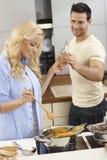 Νέο μαγείρεμα ζευγών μαζί στην κουζίνα Στοκ φωτογραφία με δικαίωμα ελεύθερης χρήσης