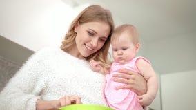 Νέο μαγείρεμα μητέρων με το μωρό σε ετοιμότητα Μαγείρεμα διατροφής μωρών απόθεμα βίντεο