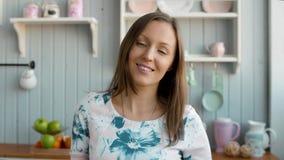 Νέο μαγείρεμα συζύγων γυναικών στην κουζίνα Υγιή τρόφιμα - φυτική σαλάτα σιτηρέσιο περίπου να κάνει δίαιτα έννοιας τόξων ανασκόπη απόθεμα βίντεο