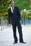 Νέο μαύρο αρσενικό που στέκεται έξω με ένα χαμόγελο Στοκ εικόνα με δικαίωμα ελεύθερης χρήσης