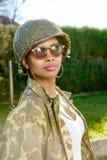 Νέο μαύρο κορίτσι με ww2 το στρατιωτικό κράνος Στοκ εικόνα με δικαίωμα ελεύθερης χρήσης