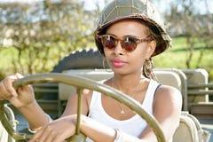 Νέο μαύρο κορίτσι με ww2 το στρατιωτικό κράνος Στοκ φωτογραφία με δικαίωμα ελεύθερης χρήσης