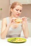 Νέο μεσημεριανό γεύμα γυναικών και γρήγορου γεύματος Στοκ φωτογραφία με δικαίωμα ελεύθερης χρήσης