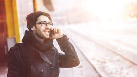 Νέο μοντέρνο άτομο με ένα smartphone που στέκεται σε έναν σταθμό μετρό Στοκ φωτογραφίες με δικαίωμα ελεύθερης χρήσης