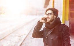 Νέο μοντέρνο άτομο με ένα smartphone που στέκεται σε έναν σταθμό μετρό Στοκ εικόνες με δικαίωμα ελεύθερης χρήσης