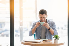 Νέο μοντέρνο άτομο στον καφέ Στοκ φωτογραφίες με δικαίωμα ελεύθερης χρήσης