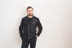 Νέο μοντέρνο άτομο στο μαύρο σακάκι στο άσπρο υπόβαθρο στοκ εικόνα με δικαίωμα ελεύθερης χρήσης