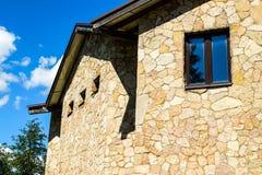 Νέο μοντέρνο εξοχικό σπίτι Οικοδόμηση με τα παράθυρα φιαγμένα από φυσική πέτρα στοκ φωτογραφίες