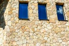 Νέο μοντέρνο εξοχικό σπίτι Οικοδόμηση με τα παράθυρα φιαγμένα από φυσική πέτρα στοκ φωτογραφία