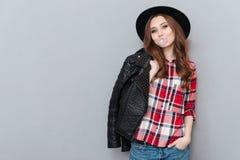 Νέο μοντέρνο κορίτσι που φορά το πουκάμισο καρό και που μασά τη γόμμα φυσαλίδων Στοκ Φωτογραφίες