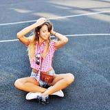 Νέο μοντέρνο κορίτσι στην τοποθέτηση περιστασιακών ενδυμάτων υπαίθρια Στοκ Φωτογραφίες