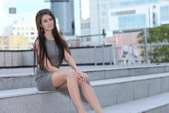 Νέο μοντέρνο κορίτσι στη εικονική παράσταση πόλης στοκ φωτογραφίες