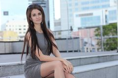 Νέο μοντέρνο κορίτσι στη εικονική παράσταση πόλης στοκ φωτογραφία με δικαίωμα ελεύθερης χρήσης