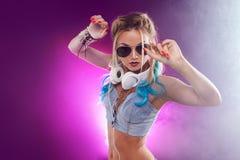 Νέο μοντέρνο κορίτσι στο ύφος disco Μουσική ακούσματος και απόλαυση αναδρομικό ύφος Στοκ φωτογραφίες με δικαίωμα ελεύθερης χρήσης