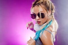 Νέο μοντέρνο κορίτσι στο ύφος disco Μουσική ακούσματος και απόλαυση αναδρομικό ύφος Στοκ Εικόνες