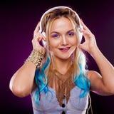 Νέο μοντέρνο κορίτσι στο ύφος disco Μουσική ακούσματος και απόλαυση αναδρομικό ύφος στοκ φωτογραφία