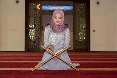 Νέο μουσουλμανικό koran ανάγνωσης κοριτσιών Στοκ Φωτογραφία