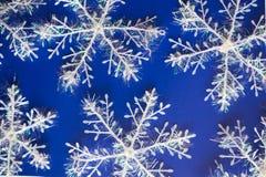 Νέο μπλε υπόβαθρο έτους ` s με τα άσπρα snowflackes στοκ εικόνα