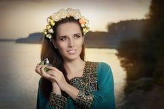 Νέο μπουκάλι αρώματος εκμετάλλευσης γυναικών στον ήλιο Στοκ φωτογραφία με δικαίωμα ελεύθερης χρήσης