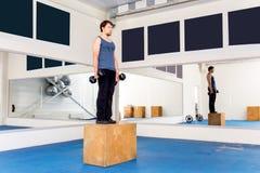 Νέο μυϊκό άτομο που κάνει crossfit τις ασκήσεις σε μια γυμναστική Στοκ φωτογραφίες με δικαίωμα ελεύθερης χρήσης