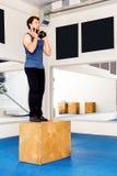 Νέο μυϊκό άτομο που κάνει crossfit τις ασκήσεις σε μια γυμναστική Στοκ Εικόνες
