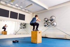 Νέο μυϊκό άτομο που κάνει crossfit τις ασκήσεις σε μια γυμναστική Στοκ εικόνες με δικαίωμα ελεύθερης χρήσης