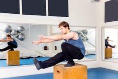 Νέο μυϊκό άτομο που κάνει crossfit τις ασκήσεις σε μια γυμναστική Στοκ φωτογραφία με δικαίωμα ελεύθερης χρήσης