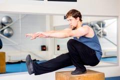 Νέο μυϊκό άτομο που κάνει crossfit τις ασκήσεις σε μια γυμναστική Στοκ Φωτογραφίες