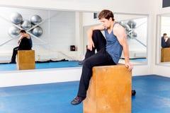 Νέο μυϊκό άτομο που κάνει crossfit τις ασκήσεις σε μια γυμναστική Στοκ Εικόνα