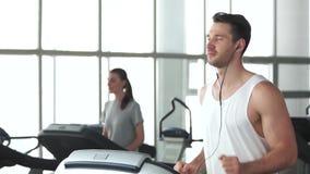 Νέο μυϊκό άτομο που τρέχει treadmill απόθεμα βίντεο