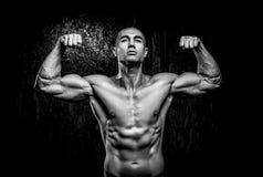 Νέο μυϊκό άτομο στη γυμναστική Στοκ εικόνες με δικαίωμα ελεύθερης χρήσης