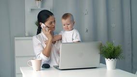 Νέο μωρό εκμετάλλευσης μητέρων εργαζόμενος στο Υπουργείο Εσωτερικών απόθεμα βίντεο