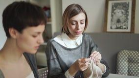 Νέο νήμα μαλλιού γυναικών δύο πλέκοντας μαζί στο υφαντικό εργαστήριο Πλέκοντας ομάδα απόθεμα βίντεο