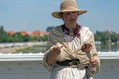 Νέο νήμα παραδοσιακά 2 μαλλιού γυναικών περιστρεφόμενο Στοκ εικόνα με δικαίωμα ελεύθερης χρήσης