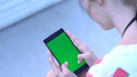 Νέο να τυλίξει γυναικών στο κινητό τηλέφωνό της φιλμ μικρού μήκους