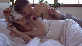 Νέο να φέρει ανδρών έννοιας Σαββατοκύριακου ζευγών στο σπίτι μαζί στο σπίτι ανήλθε στη γυναίκα απόθεμα βίντεο