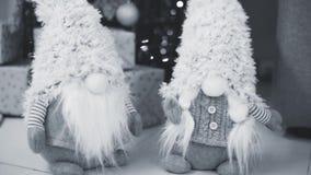 Νέο ντεκόρ έτους και Χριστουγέννων, πεύκο διακοπών, και παιχνίδια απόθεμα βίντεο