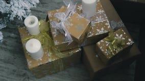 Νέο ντεκόρ έτους με τα δώρα, τα παιχνίδια και το χριστουγεννιάτικο δέντρο απόθεμα βίντεο