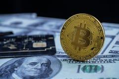 Νέο νόμισμα ηλικίας, bitcoin, πιστωτική κάρτα και τραπεζογραμμάτιο δολαρίων, νέα Στοκ Φωτογραφίες