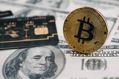 Νέο νόμισμα ηλικίας, bitcoin, πιστωτική κάρτα και τραπεζογραμμάτιο δολαρίων, νέα Στοκ Εικόνες