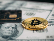 Νέο νόμισμα ηλικίας, bitcoin, πιστωτική κάρτα και τραπεζογραμμάτιο δολαρίων, νέα Στοκ Εικόνα